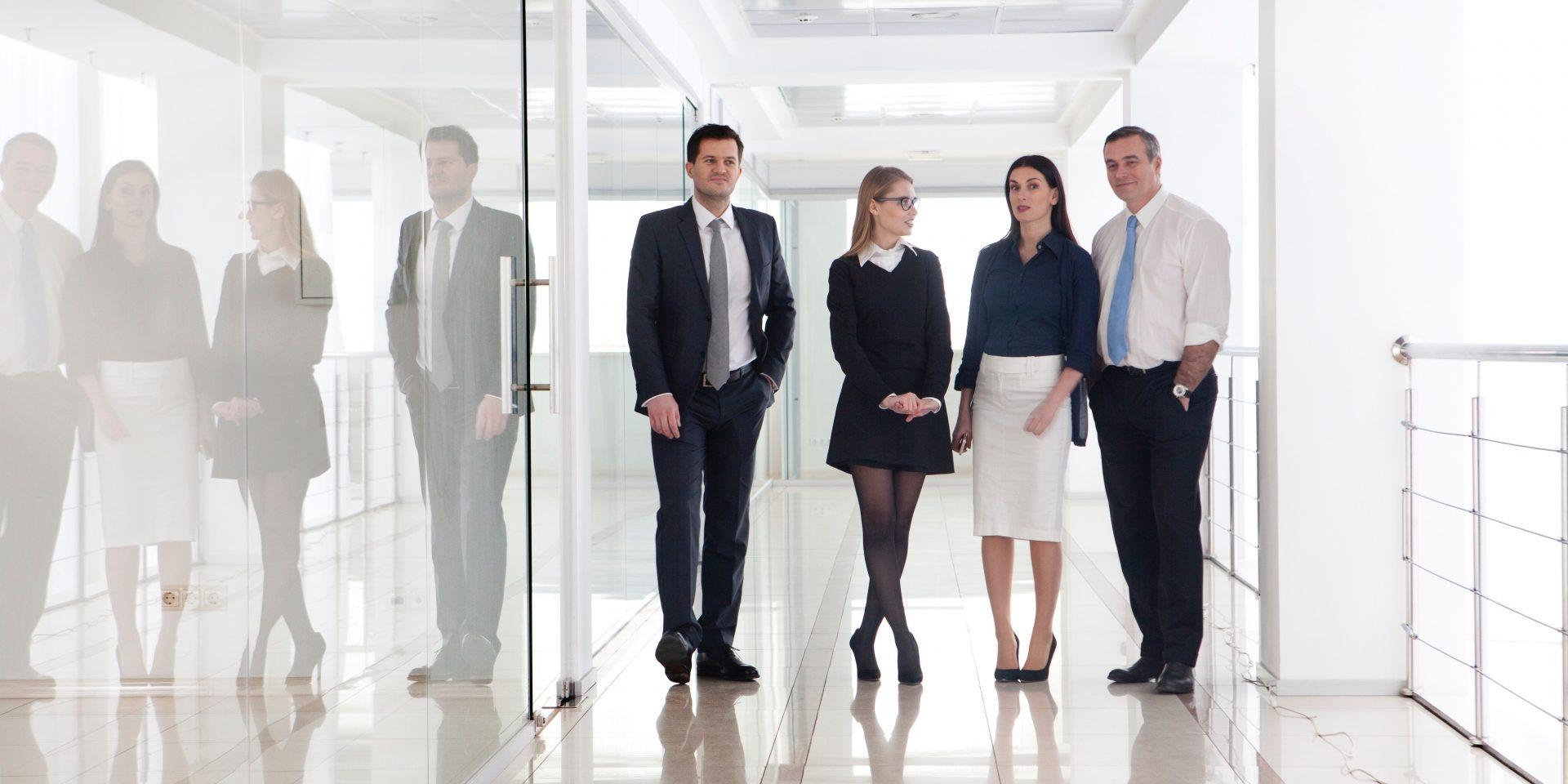 外国人ビジネスマン男女4人